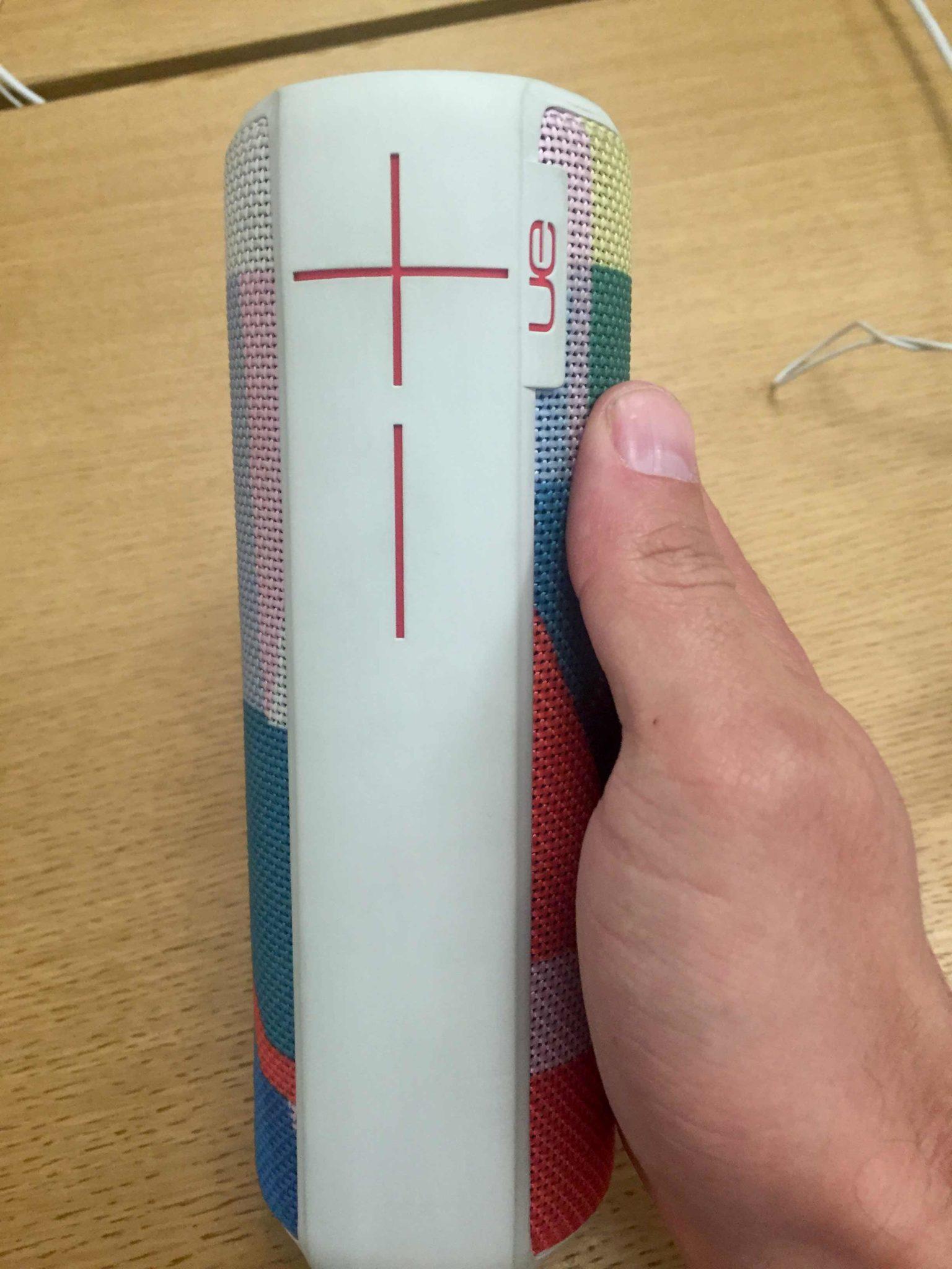 UE-BOOM in der hand farbe weiß