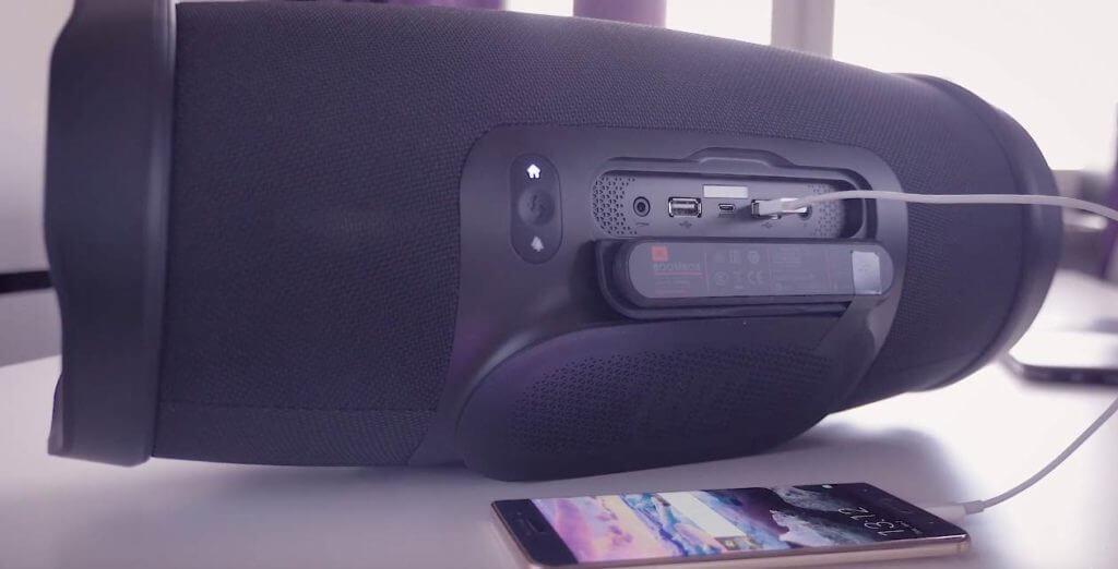 Boombox als Powerbank mit einem Handy