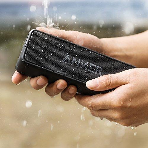 Anker Soundcore 2 in der hand mit wasserspritzer
